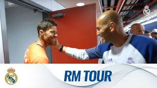 getlinkyoutube.com-Xabi Alonso came to say hello during our final session of our Tour