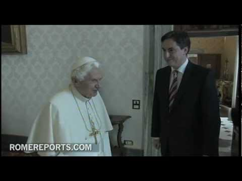 Prime Minister of Lower Saxony gives the Pope a copy of letter of Leibniz