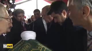 أردوغان يقبل يد أحد كبار علماء تركيا ويحمل نعش مستشاره