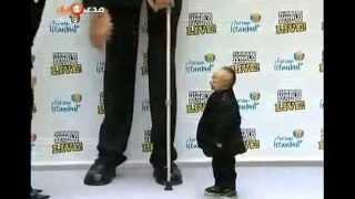 أطول رجل في العالم يقابل اقصر رجل فيه