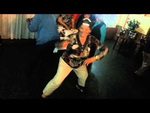 Abuela bailando un tanto extraño...