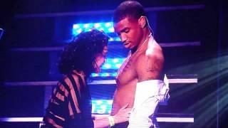 Une fan embrasse le torse de Trey Songz sur scène