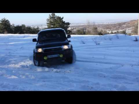 185 Сурф катается по легкому снегу