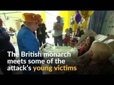 Queen visits Manchester bombing casualties in hospital