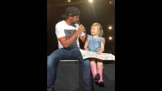 getlinkyoutube.com-Luke Bryan brings 5 year old Bella on stage and she steals the show.