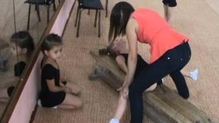 getlinkyoutube.com-Художественная гимнастика. Растяжка на поперечный шпагат.