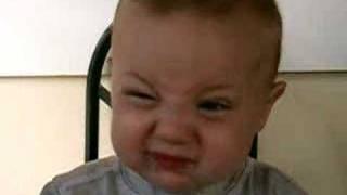 レモン食わされる赤ちゃん動画でおそらく一番おっさん臭い顔w。
