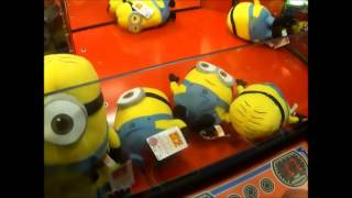 getlinkyoutube.com-Despicable Me Minion Claw Machines Wins! Almost Cleaned out Purple Minions too!