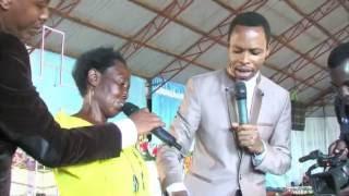 Saa ya Ukombozi - Mama huyu atokwa na mafuta katika mikono yake