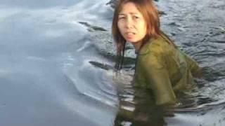 チェンマイの近辺 水浴びをする女たち The women who play with water