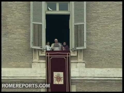 Benedict XVI releases doves only to have them re-enter his window