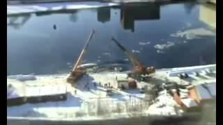 船を陸に吊り上げようとしたクレーンが揺れて船を沈める。
