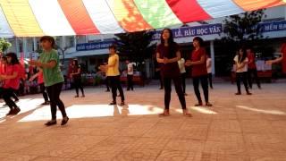 getlinkyoutube.com-Flashmob Happy+What Makes You Beautiful - H2T