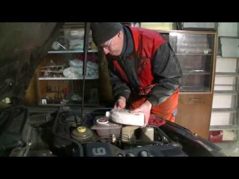 Replacing radiator at an Audi 100 (C4)