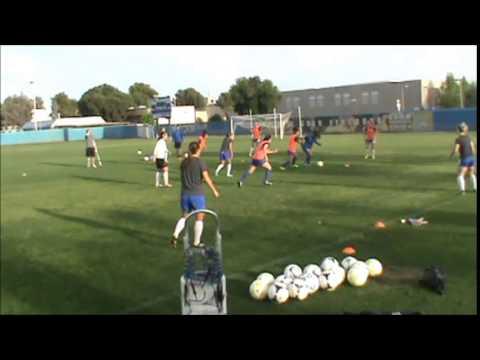 大学女子サッカーでのトレーニング風景 6 vs 3のパスゲーム