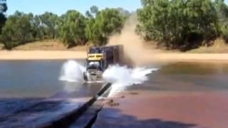 Tren de carretera australiano cruzando un rio