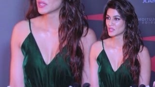 Kriti Sanon Hot Juicy Cleavage In Plunging Dress