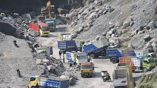 getlinkyoutube.com-Busy Excavator And Dump Truck Working In Quarry