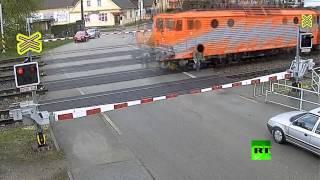 getlinkyoutube.com-متهور ينجو من الموت تحت عجلات قطار
