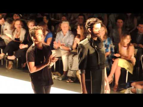 #6166, Modelos hombres caminando por pasarela con diseñador [Raw], Gente y moda