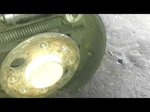 Треск при нажатии на тормоз(методы устранения) а также смазывать или нет колесные болты ВАЗ