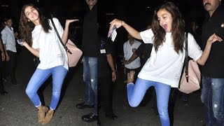 getlinkyoutube.com-Alia Bhatt's MAD Dancing & Posing At Airport