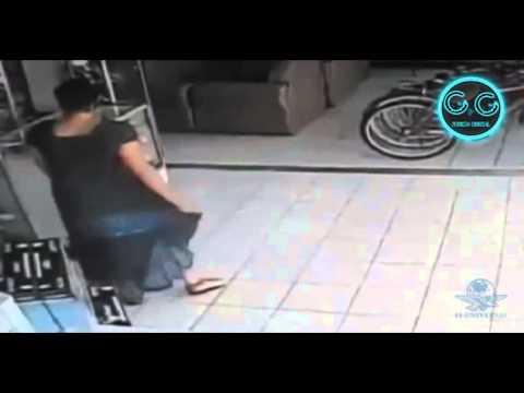Mujer que roba pantalla de televisión bajo su falda