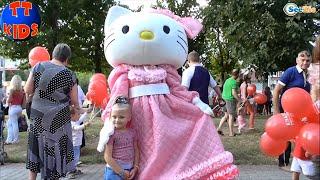 getlinkyoutube.com-✔ Хелло Китти и Ярослава танцуют на прогулке / Hello Kitty and Yaroslava are dancing while walking ✔