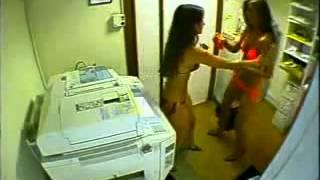 getlinkyoutube.com-Ces deux filles ont trouvé une astuce pour bronzer facilemen