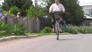 getlinkyoutube.com-INCREDIBIL!! La 80 de ani merge pe bicicleta. (CYCLING 80 YEARS OLD)