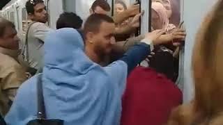 بالفيديو.. حبس مواطنين داخل عربات المترو .. وتعطلة بمحطة سعد زعلول