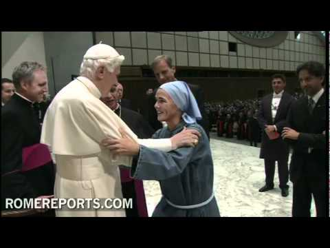 Benedicto XVI abraza a la Madre Vernica Berzosa  fundadora de Iesu Communio