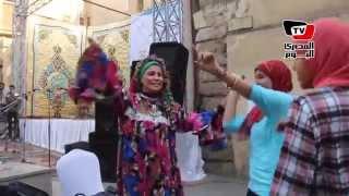 getlinkyoutube.com-رقص بلدي على نغمات بشرة خير في شارع المعز