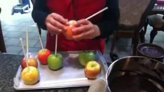 getlinkyoutube.com-Manzanas bañadas en chocolate y decoradas