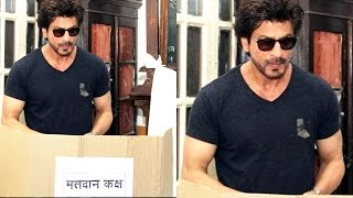 getlinkyoutube.com-Shah Rukh Khan Casts VOTE At Bandra BMC Elections 2017 - BMC polls