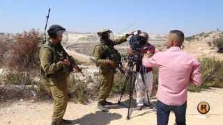 getlinkyoutube.com-مراسل تلفزيون فلسطين يرفض مصافحة احد ضباط الاحتلال