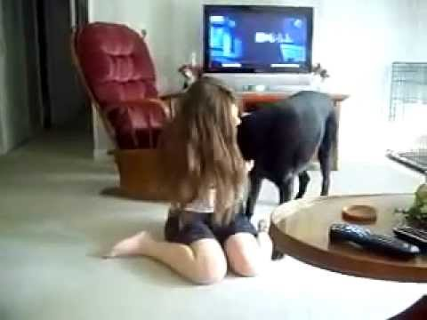 a girl and her dog mujeres que juegan con los perros