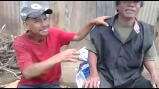 getlinkyoutube.com-Dos borrachos besandose en plena villa publica