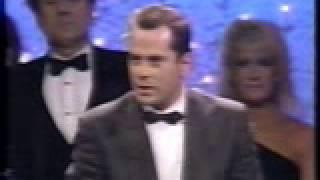getlinkyoutube.com-Bruce Willis and Cybill Shepherd win Golden Globe for Moonlighting (1986)