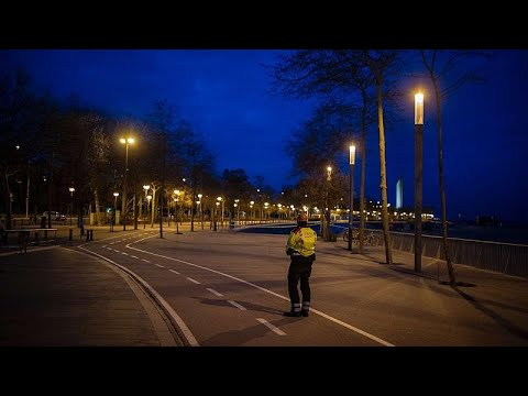 يورو نيوز:شاهد: شوارع مدينة برشلونة الاسبانية شبه خالية بسبب إجراءات الحجز الصحي…