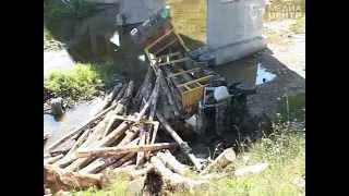 getlinkyoutube.com-«Камаз», гружёный лесом, упал смоста вреку вВеликоустюгском районе