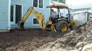 getlinkyoutube.com-Leveling the yard at the BIG BIG RENO john deere 110 hoe