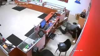 getlinkyoutube.com-فيديو شاهد ردة فعل البائع على سارق خلال عملية سطو # مشاهد حقيقية