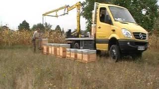 getlinkyoutube.com-Déchargement des ruches avec le TOP* - Transhumeur Opérationnel Professionnel