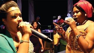 getlinkyoutube.com-Isha Mashauzi na Leyla Rashid Walivyotambiana Jukwaani Dar Live
