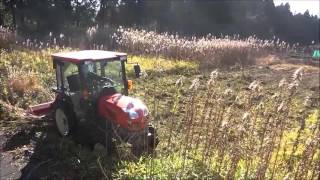 getlinkyoutube.com-kubota kt230キャビン付トラクターにハンマーナイフモアを取り付けて草刈してみた