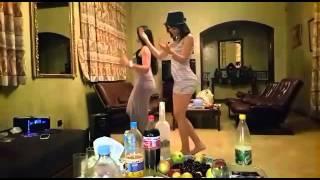 getlinkyoutube.com-رقص احلا بنتين على اغنية حكلي انفي روووووعة