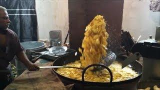 getlinkyoutube.com-Indian Street Food - Man Vs Machine - Masters in Chips Making - Nendran Chips