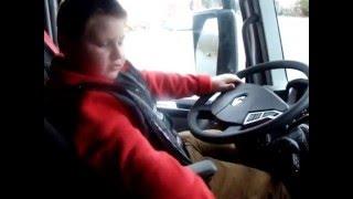 un petit garçon de 7 ans qui conduit un Renault Range T semi remorque