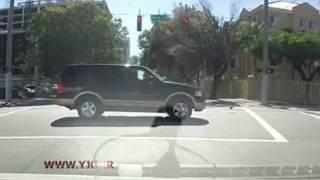 تصادف موتور سیکلت با خودرو پس از عبور از چراغ قرمز